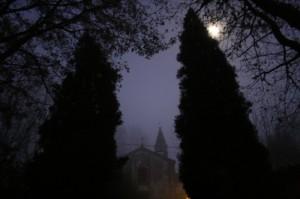 appare tra la nebbia