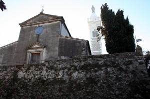 la facciata della chiesa di Castelnuovo