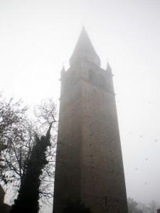 Il campanile sotto la nebbia.
