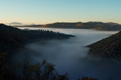 Assisi - Chiesa e Cimitero emergono da un fiume di nebbia