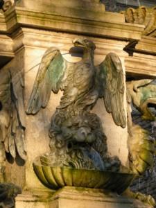 Fontana della piazza: particolare dell'aquila