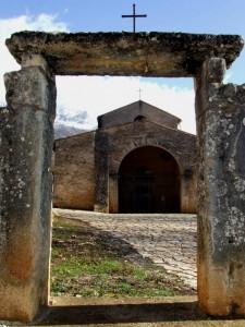Tra l'altare