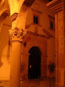 Marsala: Il portale del Convento del Carmine - vista dal portico della Chiesa dell'Annunziata