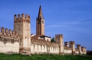 Il campanile della chiesa di San Francesco spunta dalle mura