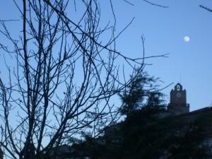 torre dell'orologio al chiaro di luna