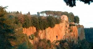 Basilica romanica sulla roccia.