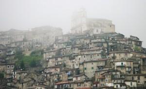 La nebbia divora il paese