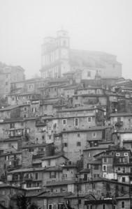 La nebbia divora il borgo