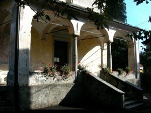 Il portico della chiesa di Grassona