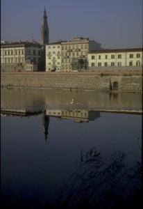 Campanile si specchia in Arno