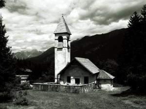Damòs di Cadore - Chiesa dei Santi Andrea e Giovanni con le nuvole