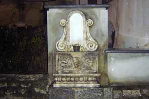 fontana accanto alla chiesa