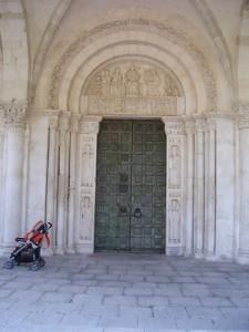 portale dell'abbazia di san clemente a castiglione a casauria