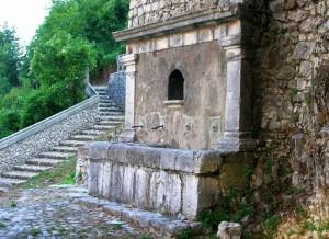 Antica fontana nel borgo di Capocastello