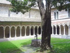 chiostro abbazia di piona con la fontana