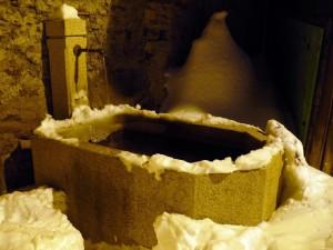 Fontana nella neve ad Allein