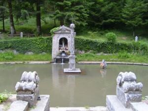 San  Bruno prega inginocchiato nell'acqua gelata