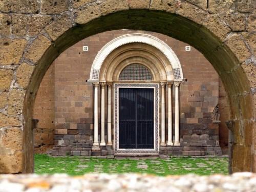 Tuscania - cattedrale, il portone