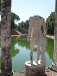 Il lato B della fontana di villa Adriana.