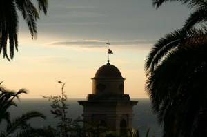 Il primo raggio di sole sul campanile di San Costanzo nell'antica Pigna di Sanremo