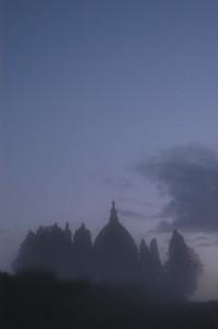 Sale la nebbia che avvolgerà la cupola.