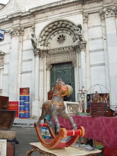 Lucca - Scherza con i fanti e lascia stare i santi