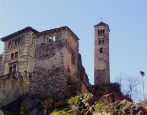 ruderi ai piedi del paese,campanile e antica chiesa