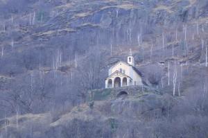 chiesa che si affaccia sul paese dalla collina..