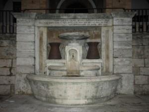 Fontana con frase di San Bernardino