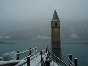 Dal lago quello che rimane della chiesa
