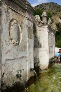 l'antica fonte con l'acqua che e' una meraviglia