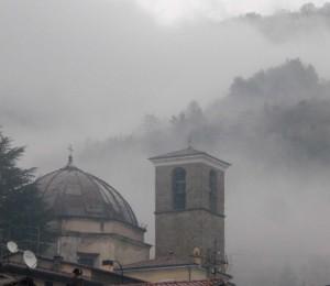 Campanile e cupola avvolti dalla nebbia