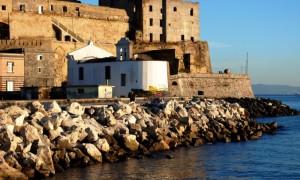 La chiesetta dei pescatori e il Rione Terra