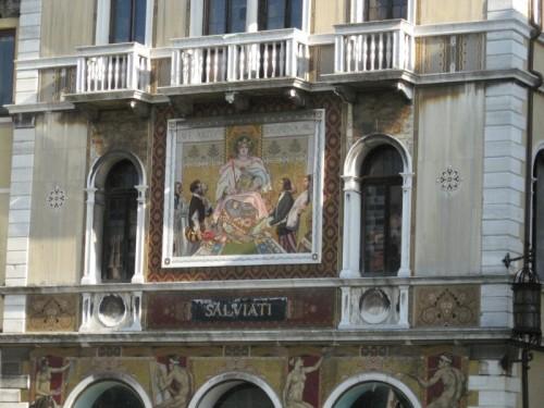 Venezia - lato esterno confinante le mura di edifici religiosi riverso sul gran canal