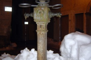 fontana all'interno del paese sommersa dalla neve