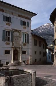 La fontana settecentesca e palazzo Baisi