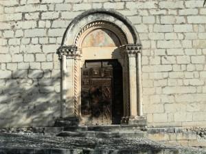 Portale della chiesa di S.Francesco - Fontecchio (AQ)