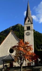 La chiesetta di Arabba in un giorno di caldo autunno