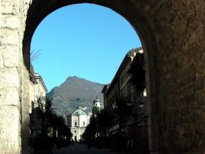 Dall'arco la Chiesa dell'Inviolata il più insigne monumento di Riva del Garda (TN).
