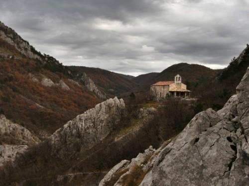 San Dorligo della Valle-Dolina - La chiesetta di Siaris accanto al crinale che fu di Emilio Comici