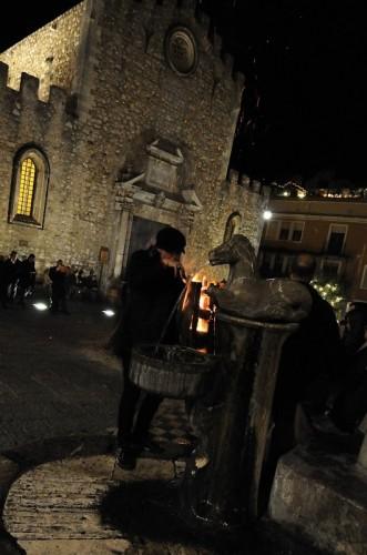 Taormina - Notte di Natale: il falò, la chiesa e la fontana