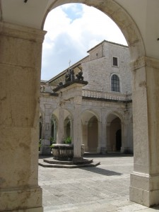 cortile con Fontana all'esterno dell'Abbazia
