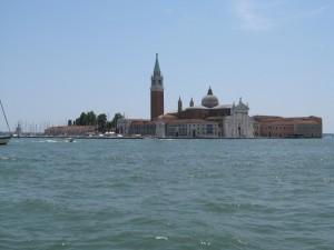 San Giorgio che si rispecchia tra le onde.