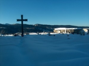 Cimitero di Luserna: ovattato riposo eterno all'ombra della Croce
