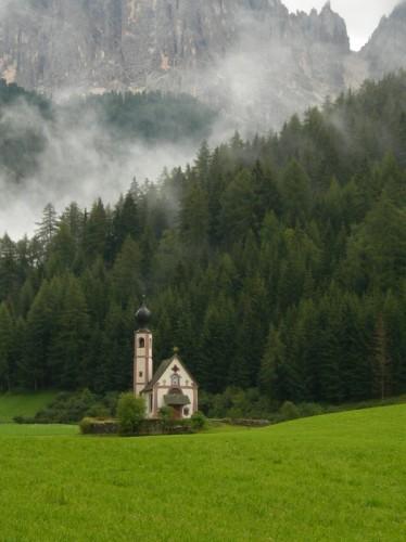 Funes - Chiesetta tra i prati verdi