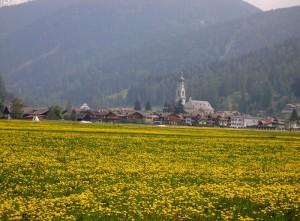 Dai campi in fiore la chiesa di Dobbiaco