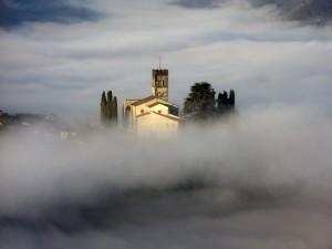 Nebbia sul Duomo di Barga