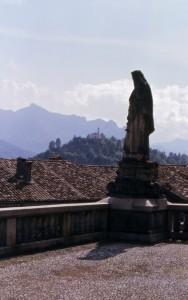 Una lontana chiesetta vista dal sagrato