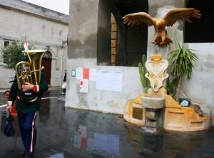 fontana dell'aquila con musicante
