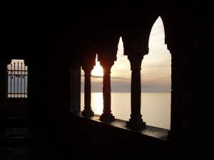 Il portico della chiesa al tramonto